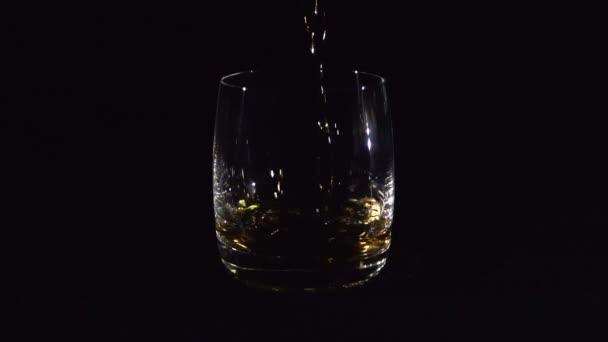 Özönlenek a fekete üveg whiskey