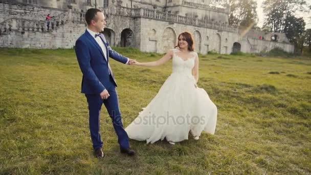 Svatební pár baví před hrad