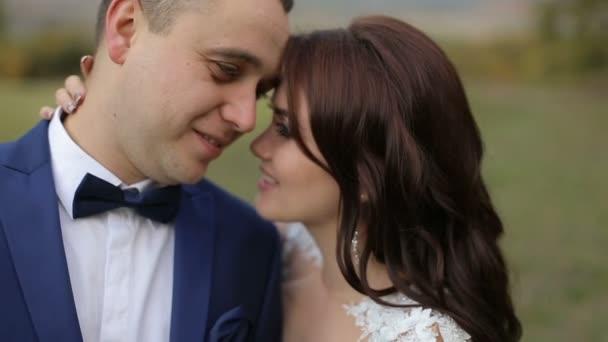 Svatební pár obejme