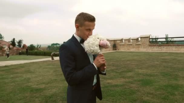 Atraktivní ženicha čekání na nevěstu