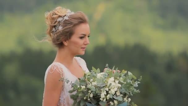 gyönyörű fiatal menyasszony gazdaság csokor
