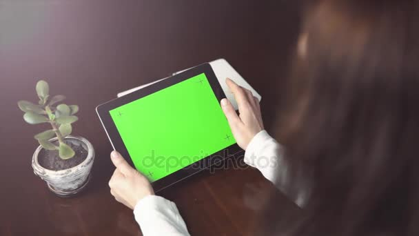 Donna detiene Tablet Pc con schermo verde