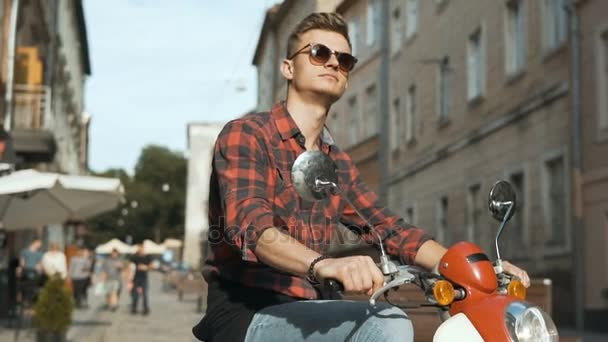 Mladý pohledný Bokovky na motorce
