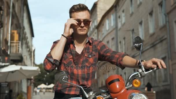 Mladá atraktivní Bokovky na motorce