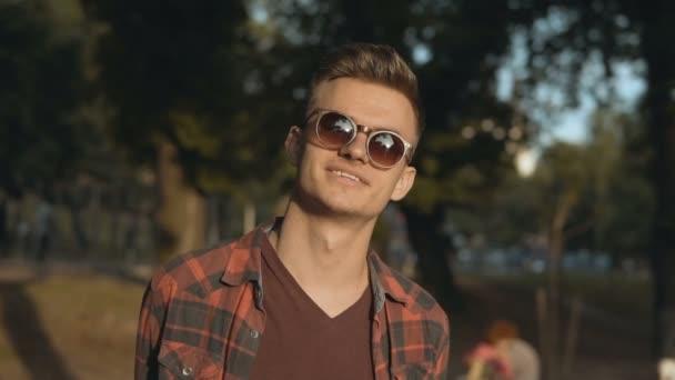 muž parku portrét úsměv sluneční brýle