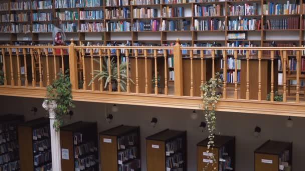 Nástěnné police na knihy v knihovně