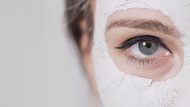 Zenske oko během maska na obličej