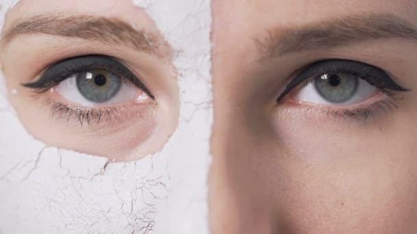 Holky oči během maska na obličej