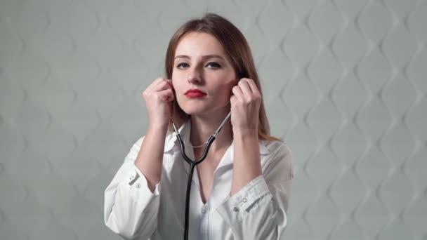 Lékař používá fonendoskop