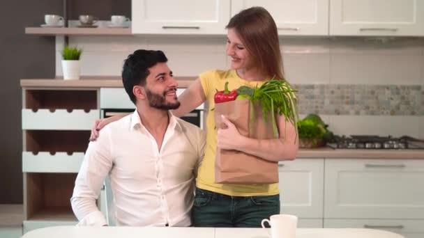 šťastný mladý pár