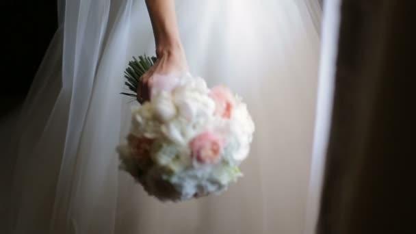 držení kytice nevěsty