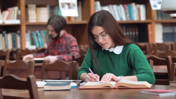 dívka v knihovně