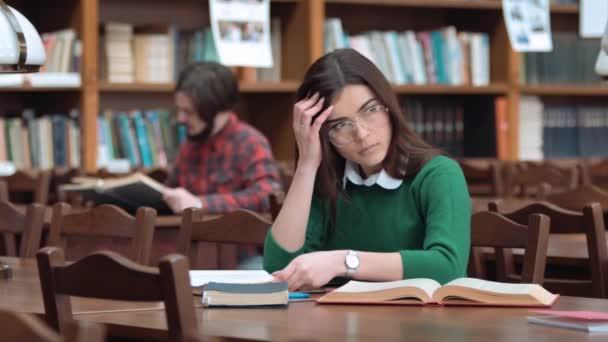 Okamžik myšlení v knihovně