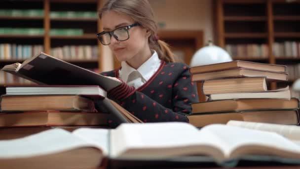 Diák úgy néz ki, információ