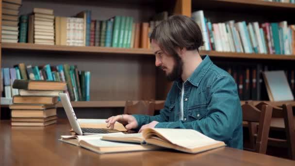 Keményen dolgozó diák könyvtár