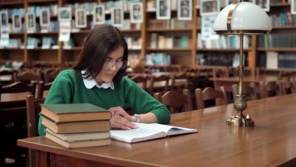 Inteligentní žena čtení v knihovně