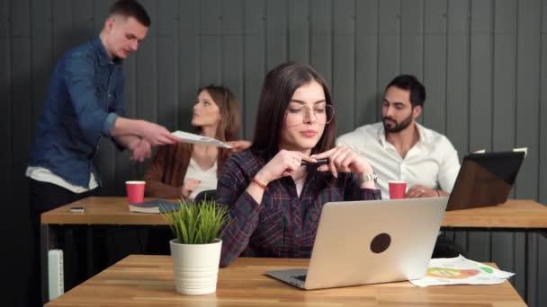 Dívka pracuje na počítači