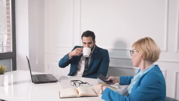 S kávou jako pracovní