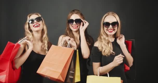 usmívající se ženy s nákupní tašky