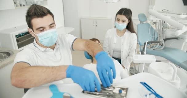 Mužský zubař a pacientka