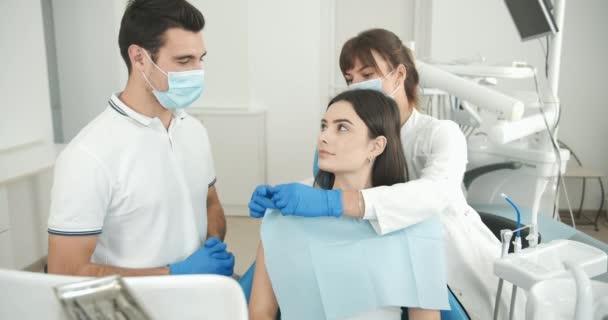 Zubař a pacient mluví