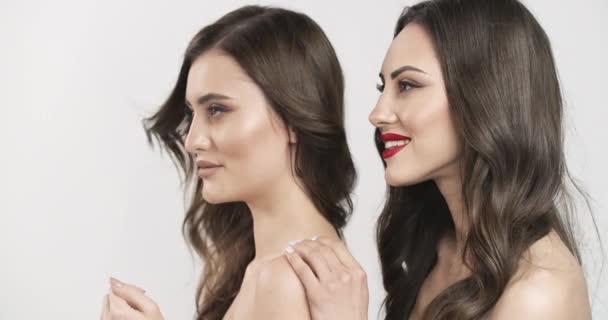 Két csinos mosolygó nő elszigetelve.