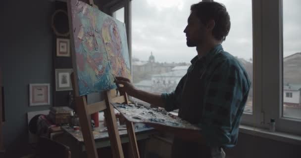 männliche Künstler Malerei im Atelier Silhouette
