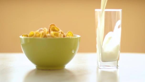kukoricapehely a zöld edényben, tej folyik az üvegbe