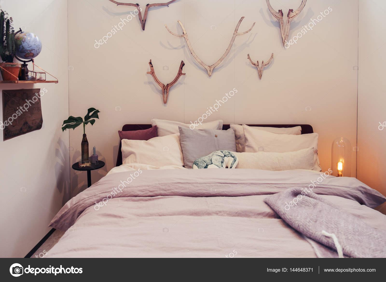 Houten Muurdecoratie Slaapkamer : Wanddecoratie in slaapkamer u stockfoto araraadt