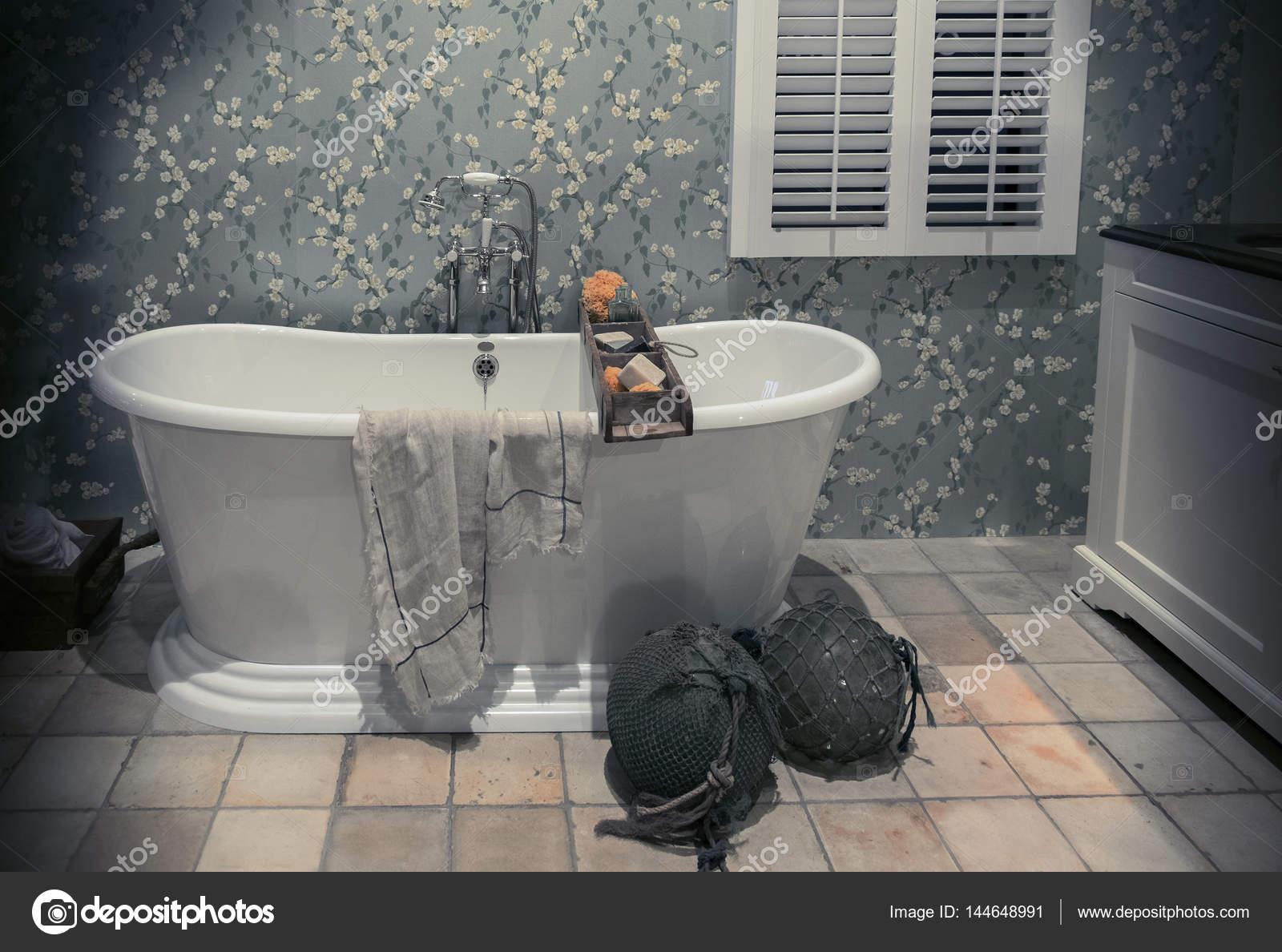 klassieke badkamer in landelijke stijl — Stockfoto © araraadt #144648991