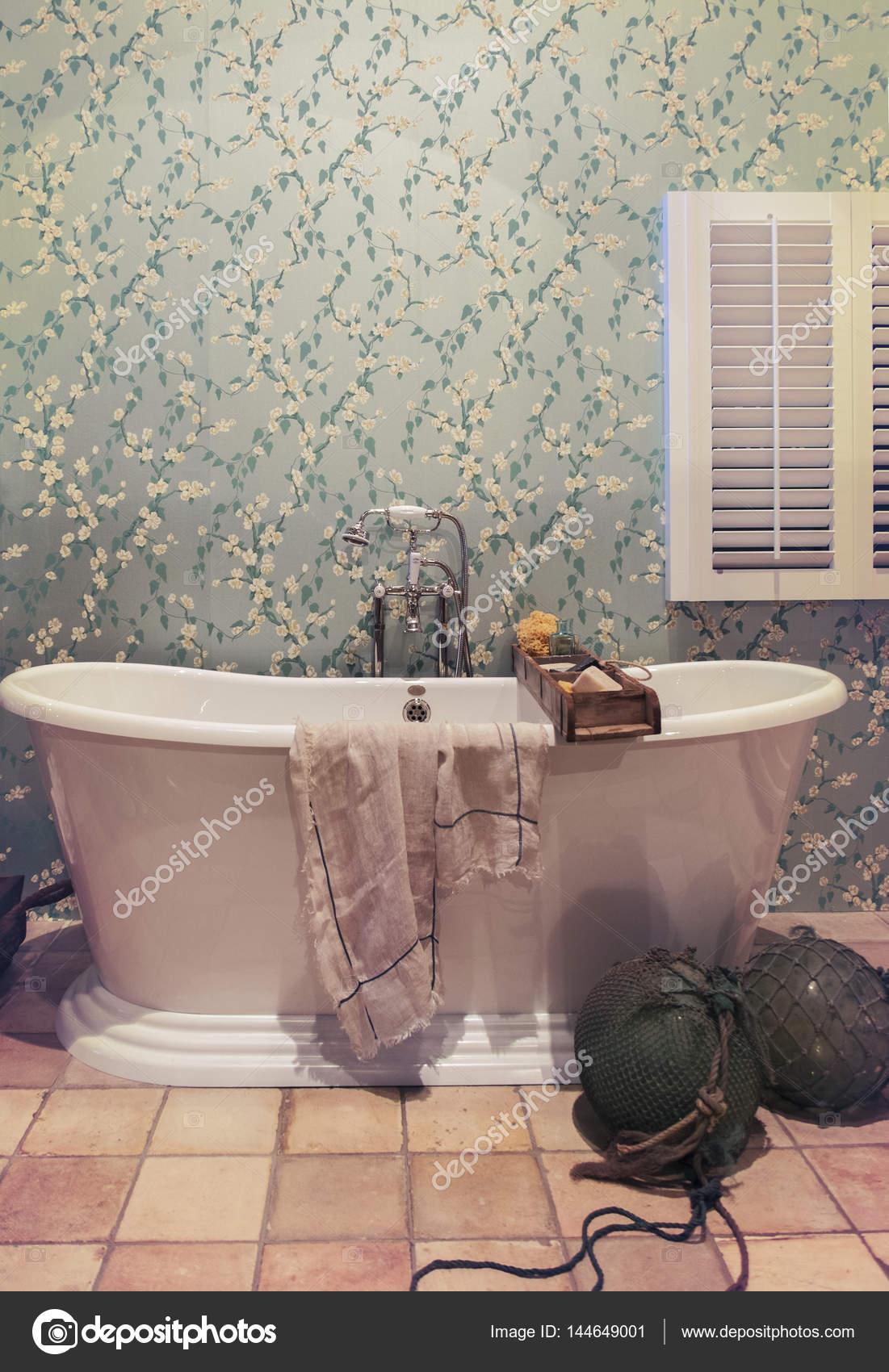 klassieke badkamer in landelijke stijl — Stockfoto © araraadt #144649001