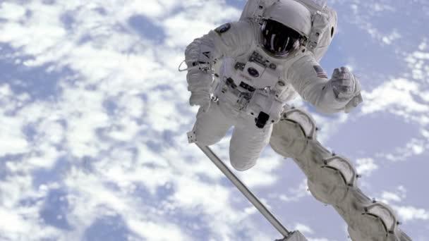 Astronaut v kosmickém prostoru