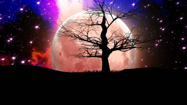 Osamělý holý strom silueta s obrovským měsícem a mlhoviny pozadí.
