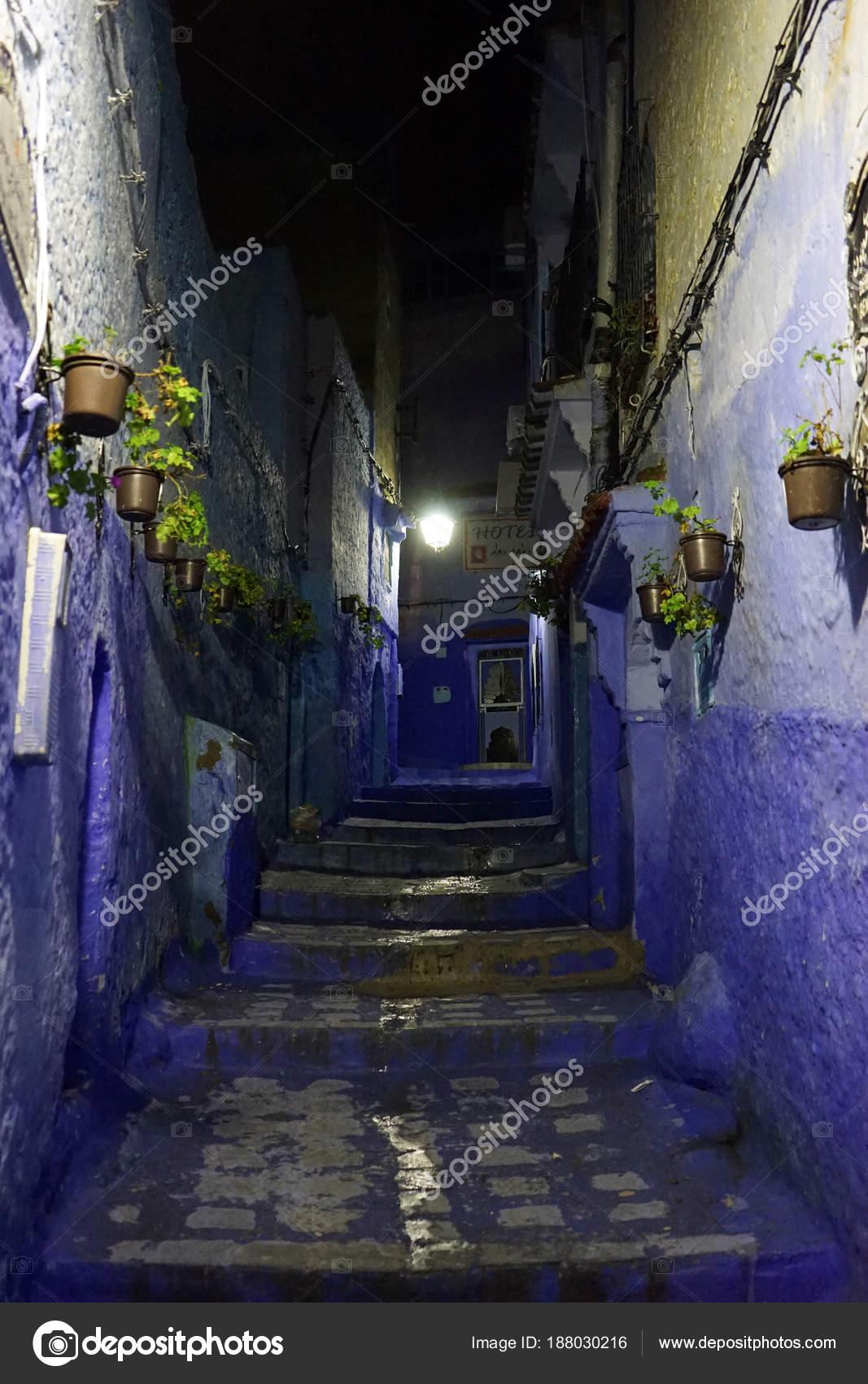 Blaue Häuser blaue häuser in der nacht redaktionelles stockfoto shanin 188030216