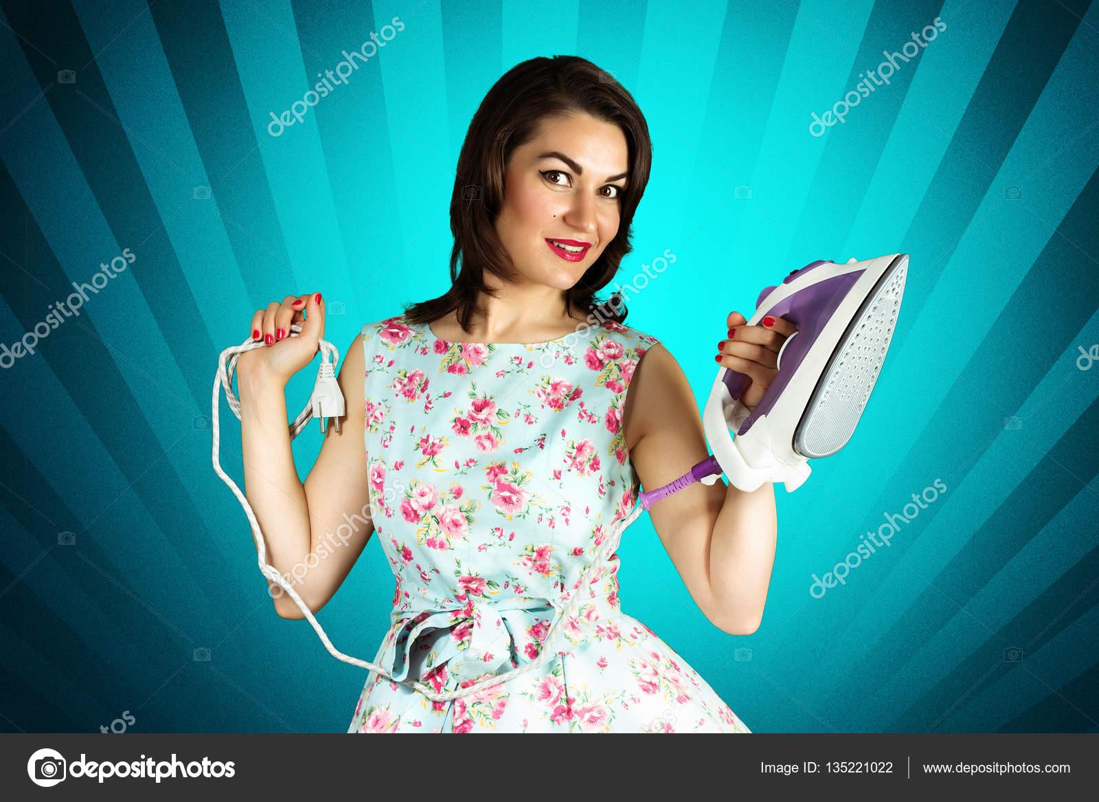 a7be50908419a9 Schoonheid lachende pin-up girl met ijzer op blauwe achtergrond — Stockfoto
