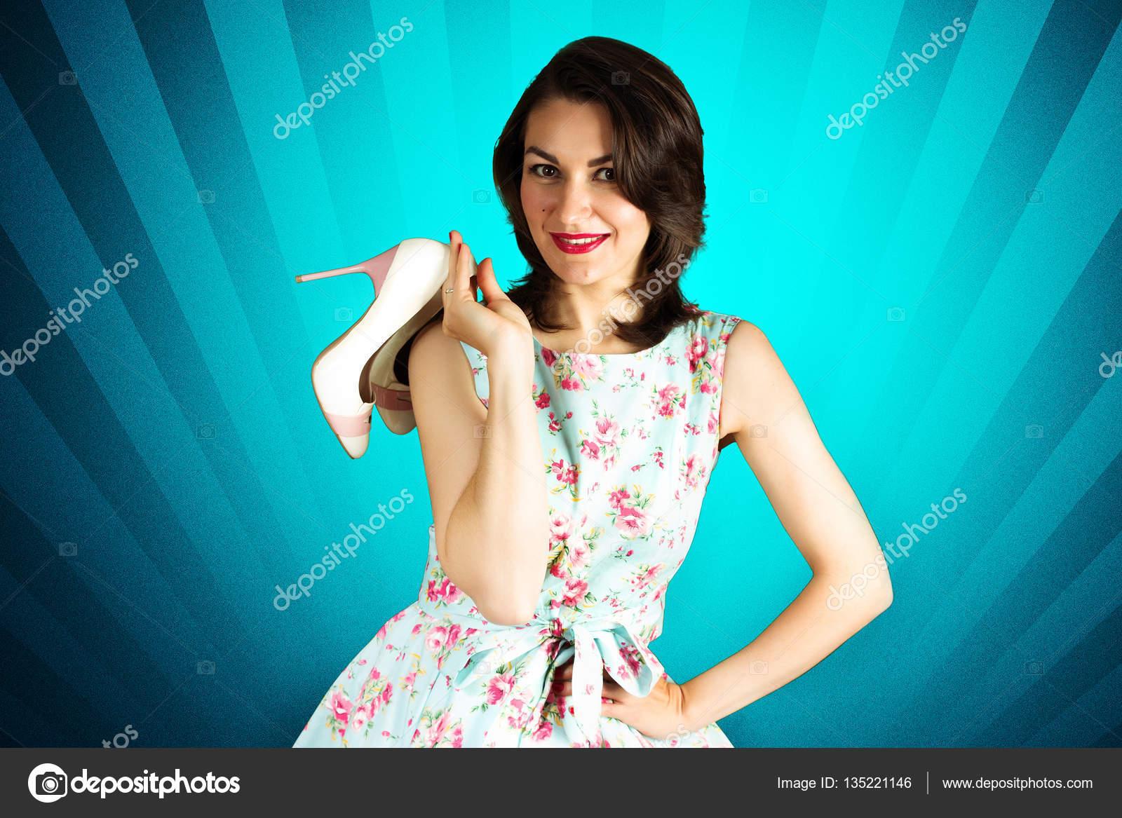 092639eface476 Schoonheid lachende pin-up girl met schoenen op blauwe achtergrond —  Stockfoto