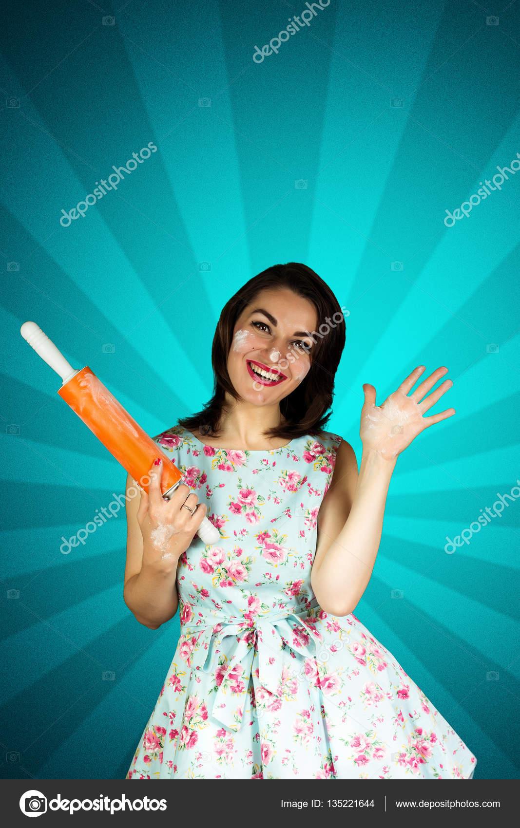 2f6bd2106ba40a Schoonheid lachende pin-up girl met rolling-pi — Stockfoto ...