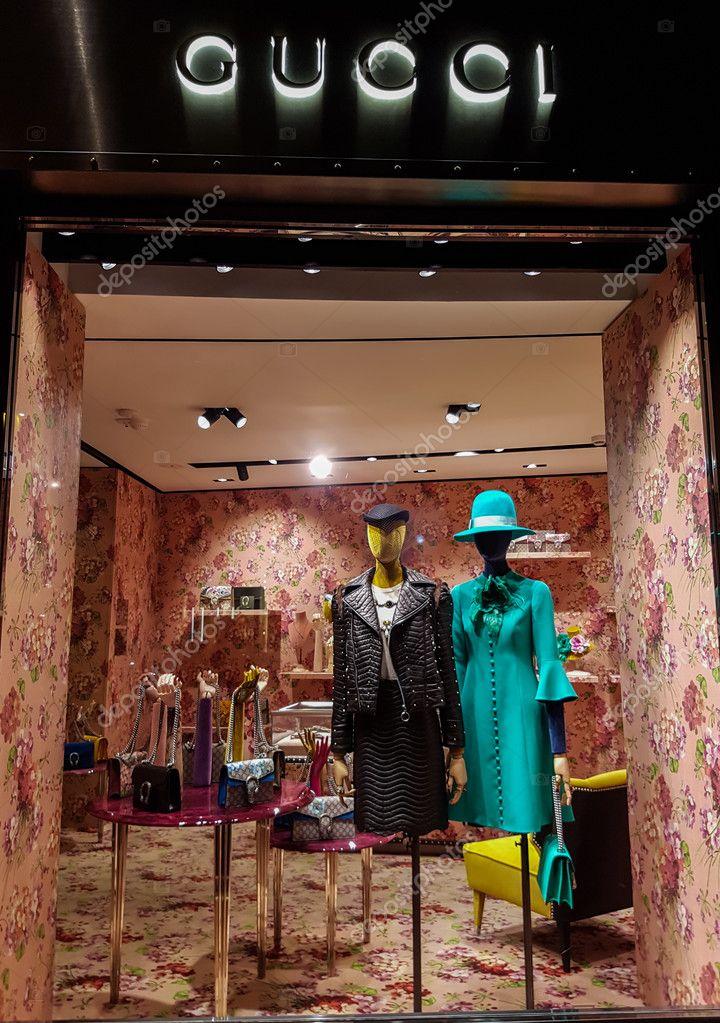 Vetrina del negozio Gucci — Foto Editoriale Stock © boggy22  126696600 a56658ea31a