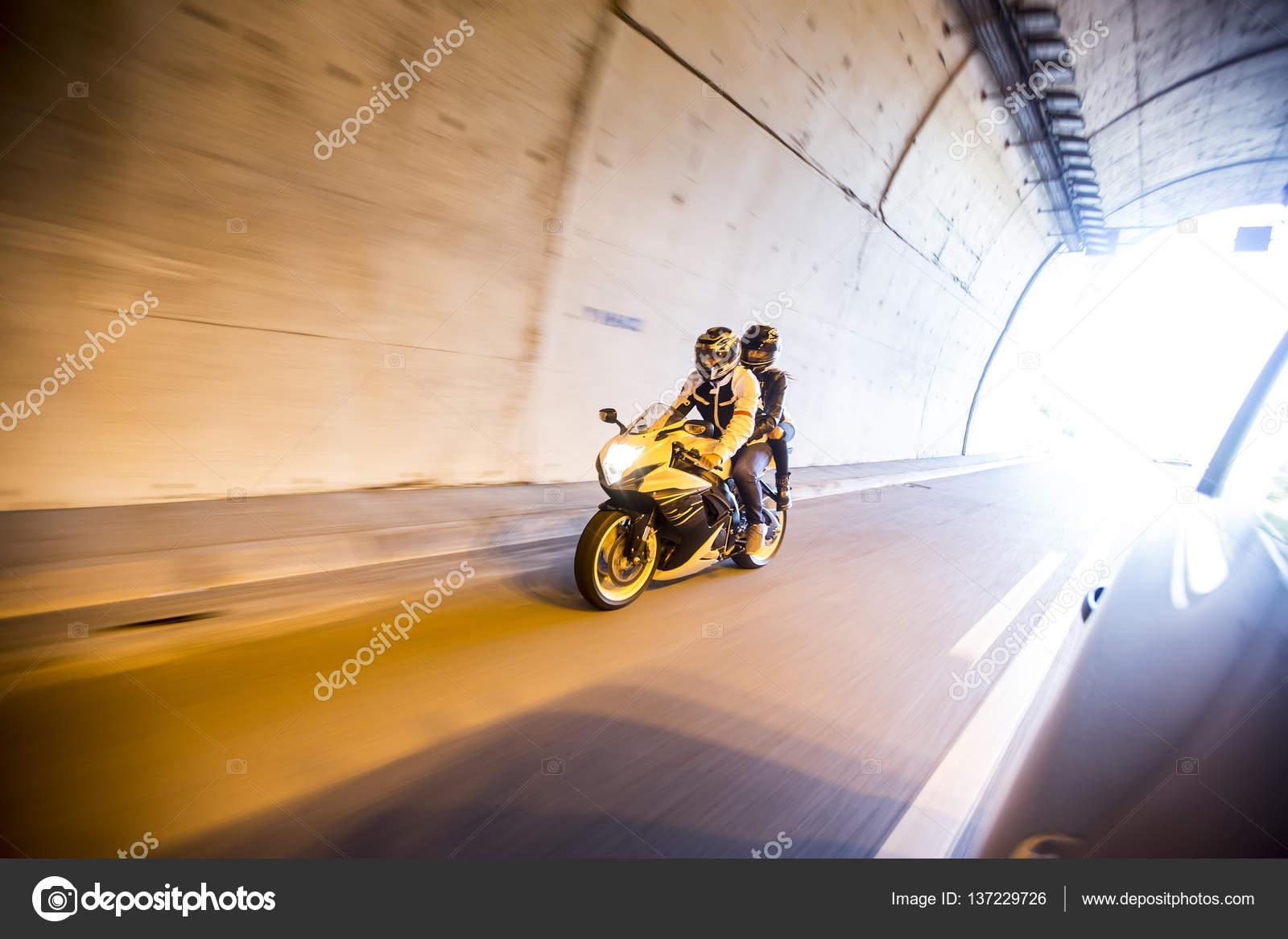 ᐈ Pareja En Moto Imágenes De Stock Fotos Pareja En Moto