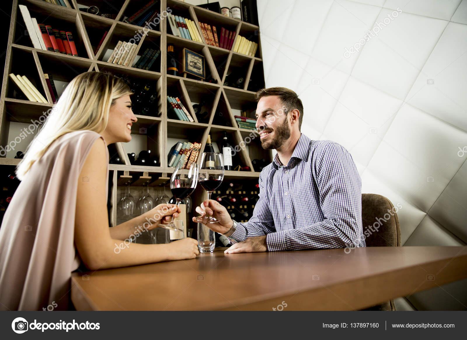 Schöne junge Paar in der Weinbar — Stockfoto © boggy22 #137897160