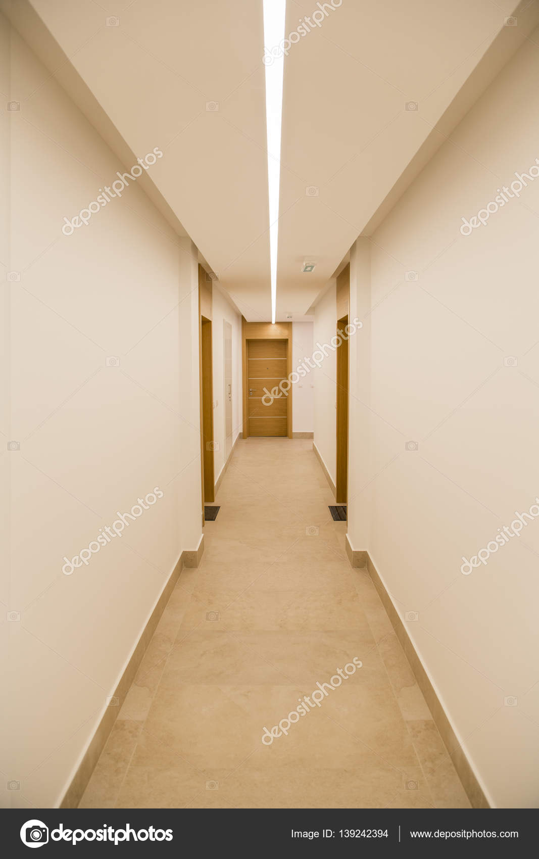 Long couloir dans l\'appartement de luxe — Photographie boggy22 ...