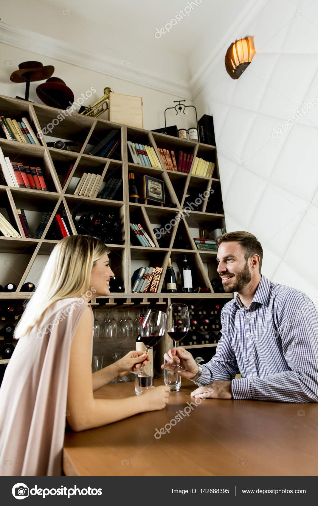Schöne junge Paar in der Weinbar — Stockfoto © boggy22 #142688395