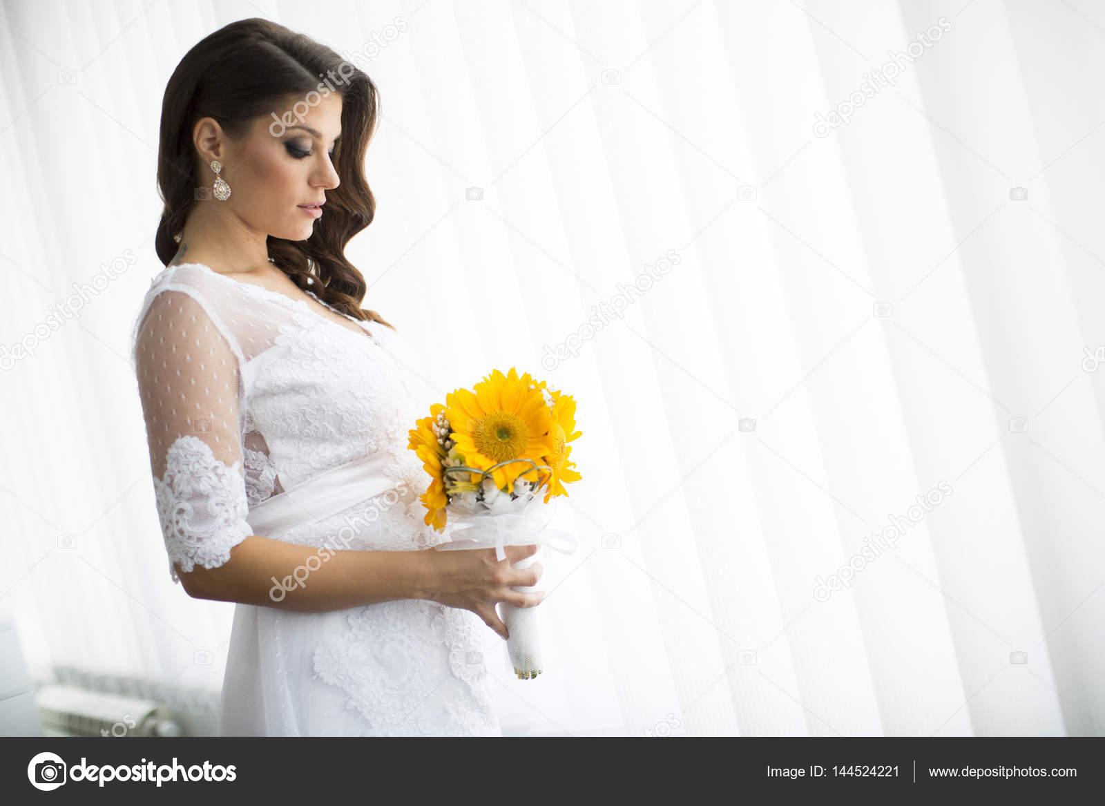 acf2c88a1 Novia embarazada con ramo de flores — Foto de stock © boggy22  144524221