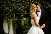 venkovní svatební pár