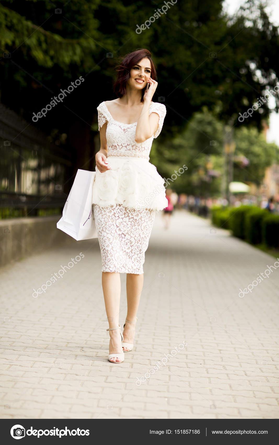 Joven Mujer Vestida De Blanco Foto De Stock Boggy22