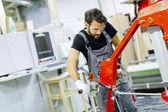 Muži, kteří pracují v továrně na nábytek