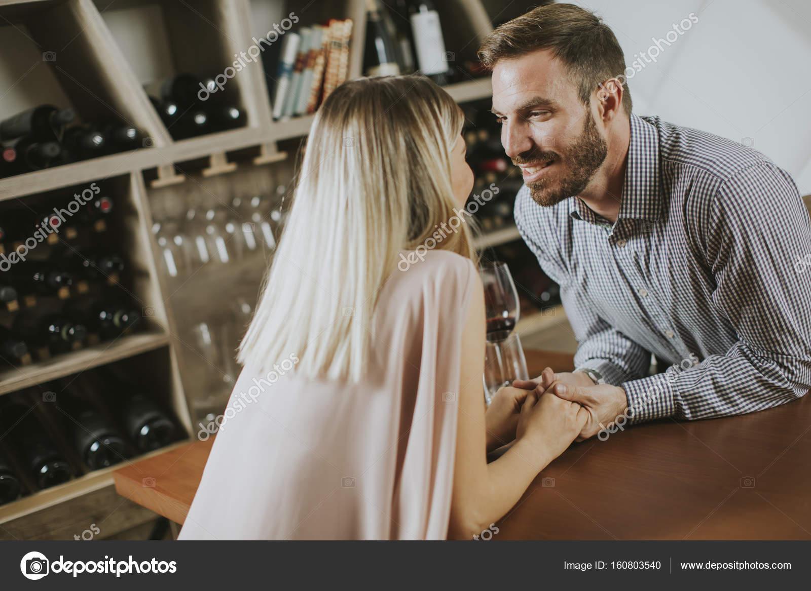 Schöne junge Paar in der Weinbar — Stockfoto © boggy22 #160803540