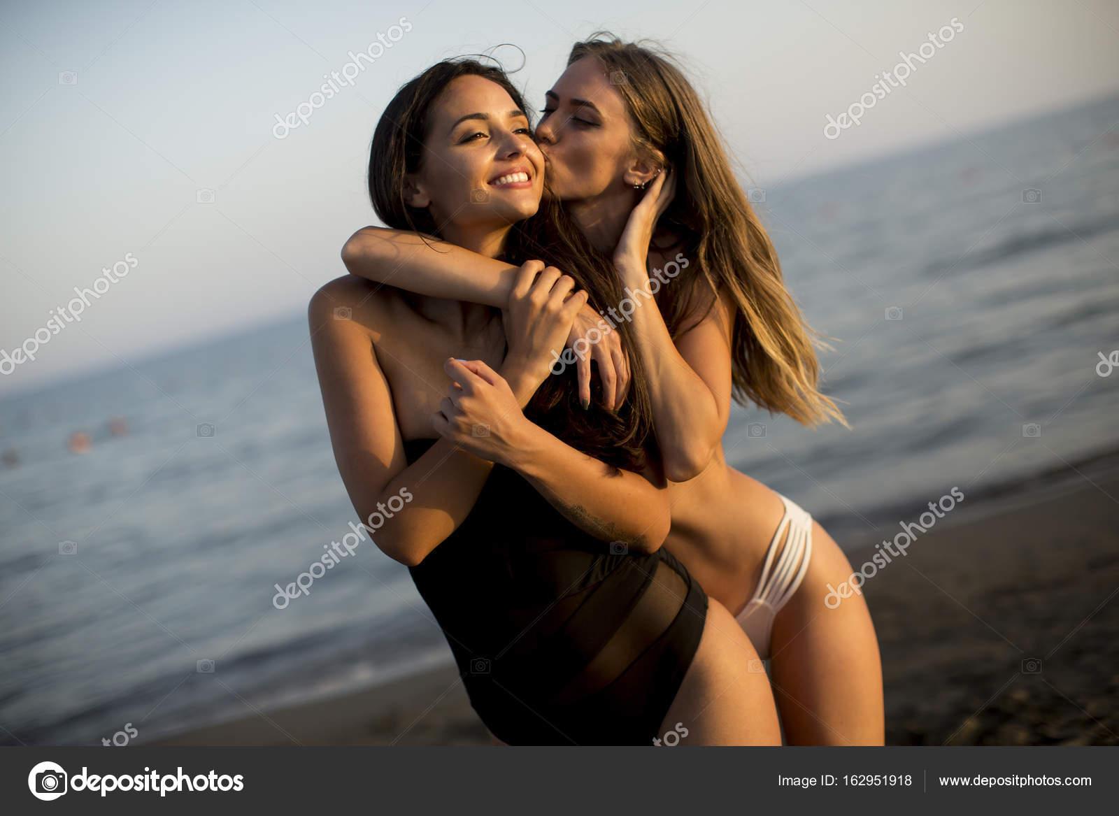 Due giovani donne in costumi da bagno foto stock boggy22 162951918 - Donne in bagno in due ...
