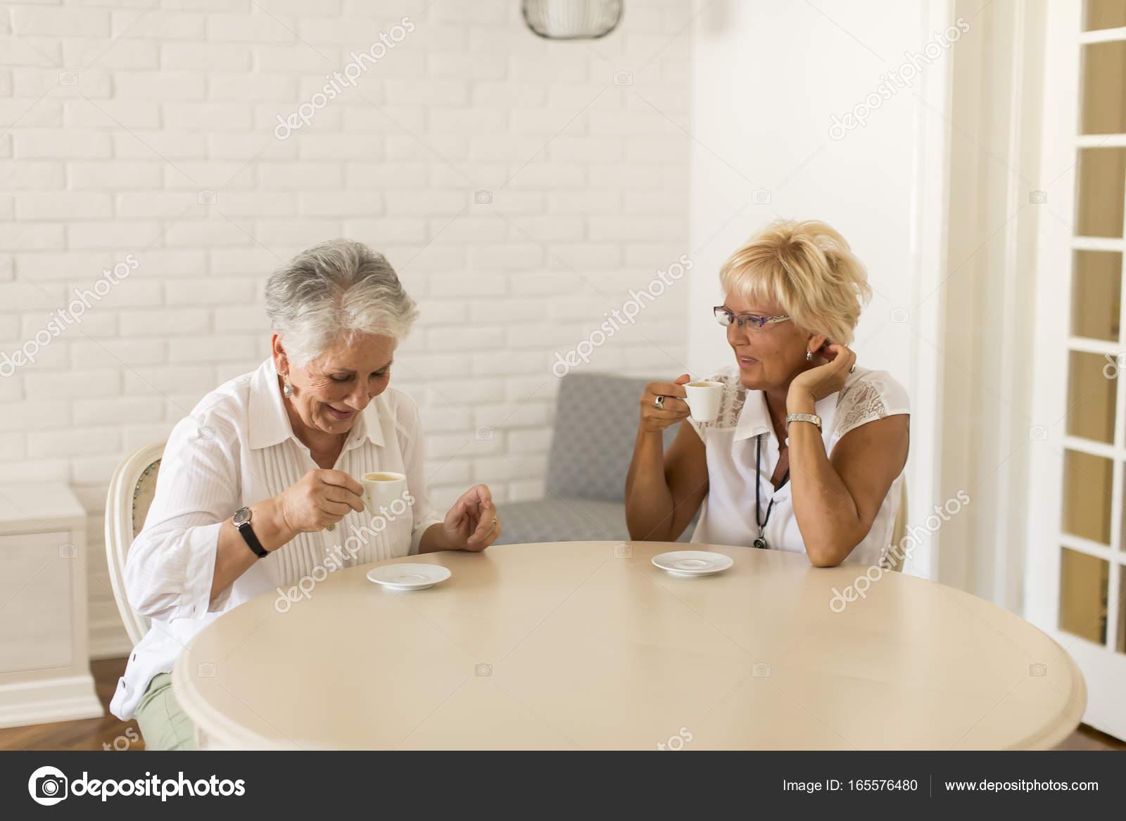 Фото дома пожилые женщины