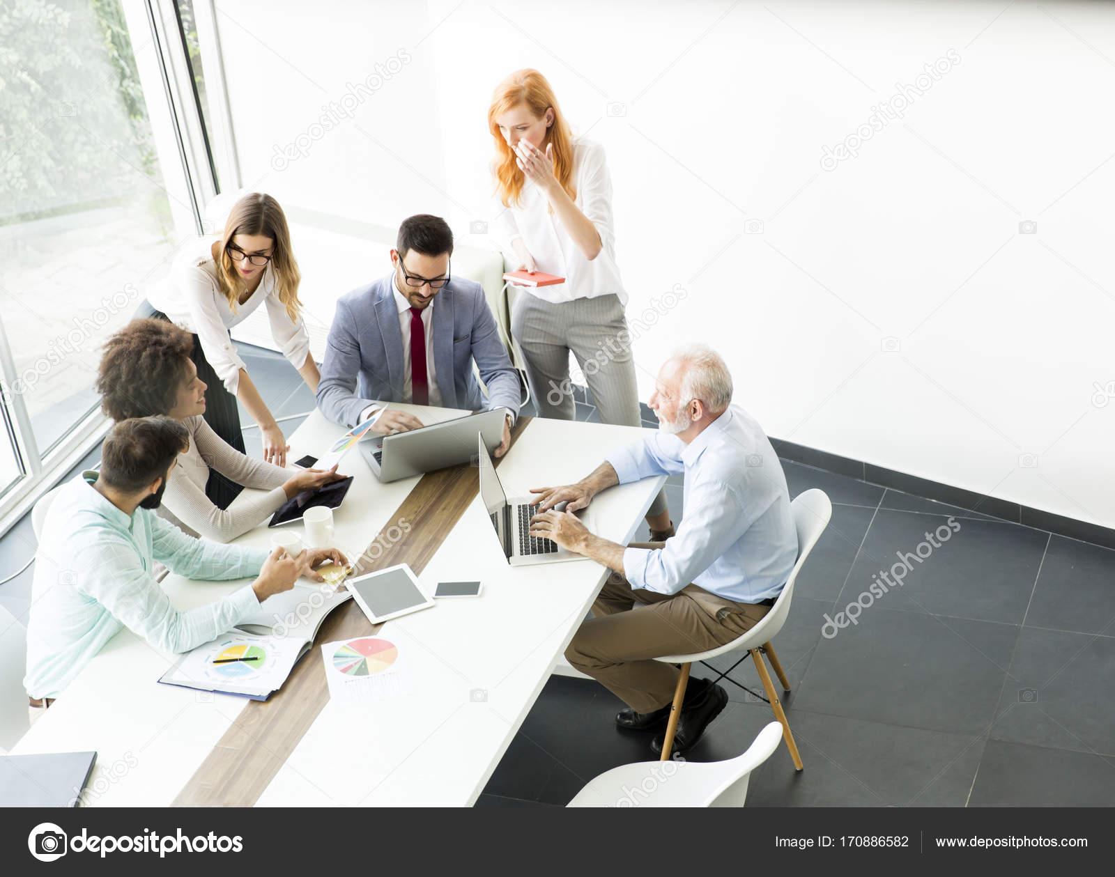 Ufficio Moderno Gioiosa : Squadra di affari al lavoro in ufficio moderno u foto stock